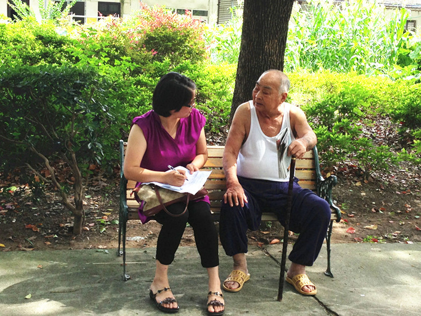心理咨询师与敬老院老人进行个案访谈