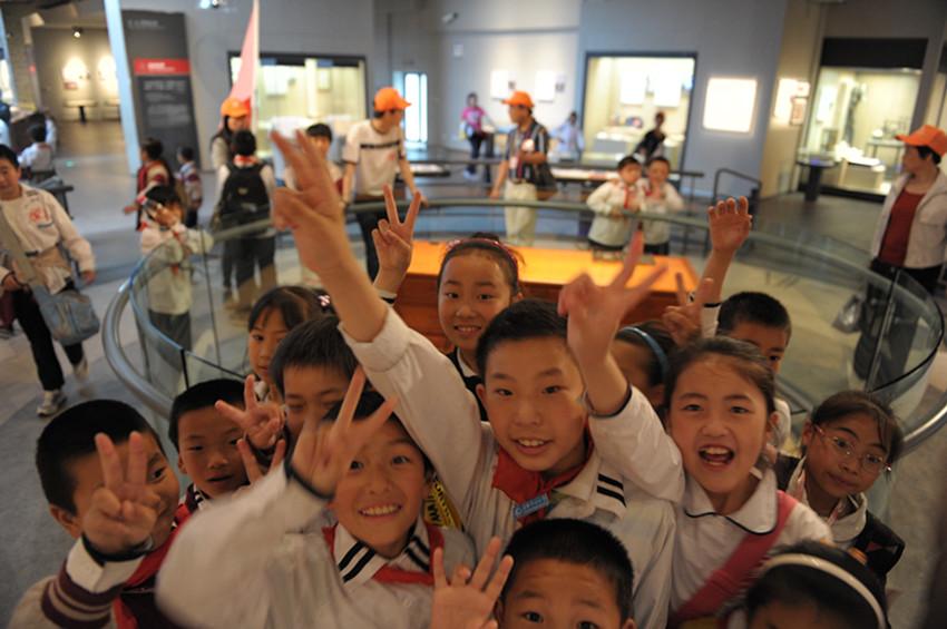 带领外来小学生参观宁波帮博物馆